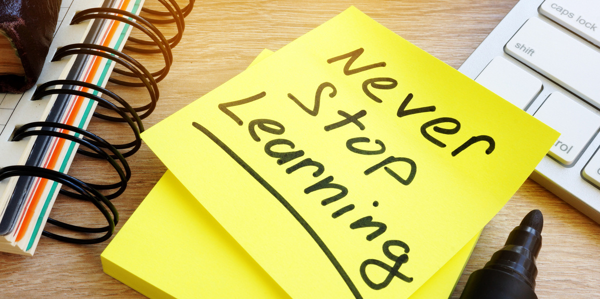 "Bild mit einem Post-it mit dem Text ""Never stop learning"""